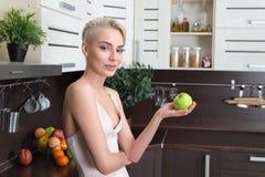 ξανθή πράσινη γυναίκα μήλων Στοκ φωτογραφία με δικαίωμα ελεύθερης χρήσης