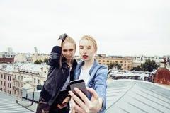 Ξανθή πραγματική ένωση έφηβη δύο έξω στους θερινούς μαζί καλύτερους φίλους, έννοια ανθρώπων τρόπου ζωής Στοκ φωτογραφία με δικαίωμα ελεύθερης χρήσης