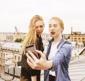Ξανθή πραγματική ένωση έφηβη δύο έξω στους θερινούς μαζί καλύτερους φίλους, έννοια ανθρώπων τρόπου ζωής Στοκ Εικόνες