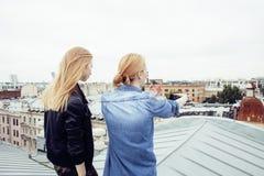 Ξανθή πραγματική ένωση έφηβη δύο έξω στους θερινούς μαζί καλύτερους φίλους, έννοια ανθρώπων τρόπου ζωής Στοκ Εικόνα