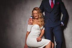 Ξανθή προκλητική γυναίκα που γελά με τον άνδρα της πλησίον Στοκ φωτογραφία με δικαίωμα ελεύθερης χρήσης