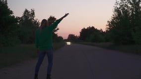 Ξανθή στάση κοριτσιών στο δρόμο φιλμ μικρού μήκους