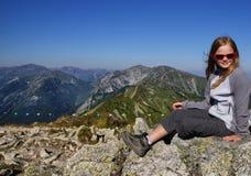 Ξανθή συνεδρίαση κοριτσιών στα βουνά Στοκ εικόνες με δικαίωμα ελεύθερης χρήσης