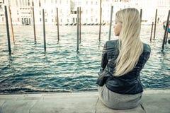 Ξανθή συνεδρίαση κοριτσιών στη Βενετία στοκ φωτογραφία με δικαίωμα ελεύθερης χρήσης