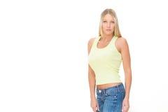Ξανθή χαμογελώντας νέα γυναίκα με το πράσινο φόρεμα που απομονώνεται στο λευκό Στοκ φωτογραφία με δικαίωμα ελεύθερης χρήσης