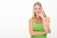 Ξανθή χαμογελώντας νέα γυναίκα με το πράσινο φόρεμα που απομονώνεται στο λευκό Στοκ Εικόνες