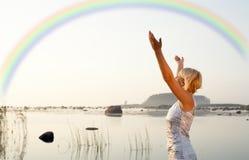 ξανθή όμορφη αύξηση χεριών Στοκ Εικόνες