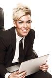 Ξανθή όμορφη επιχειρησιακή κυρία στο μαύρο κοστούμι Στοκ Φωτογραφίες