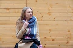 Ξανθή όμορφη ταμπλέτα εκμετάλλευσης γυναικών υπαίθρια στοκ εικόνα