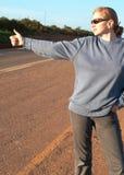 ξανθή hitchhiker γυναίκα Στοκ Φωτογραφία