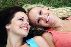ξανθοί φίλοι brunette καλοί στοκ εικόνες