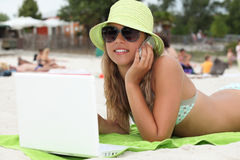 Ξανθός έφηβος στην παραλία Στοκ Εικόνες