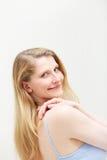 ξανθός αυτή που κοιτάζει πέρα από τη χαμογελώντας γυναίκα ώμων Στοκ Εικόνες