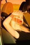 ξανθός αυτοκινήτων χρόνος ηλιοβασιλέματος ύπνου κοριτσιών προκλητικός Στοκ Εικόνες