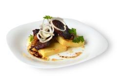 Ξανθός γερμανικός ζύθος με το εθνικό καυκάσιο εξωτικό πιάτο ζυμαρικών Kabardian Στοκ Εικόνα