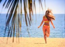 Ξανθός λεπτός gymnast στα τρεξίματα άποψης πίσω πλευρών μπικινιών στη θάλασσα Στοκ φωτογραφίες με δικαίωμα ελεύθερης χρήσης