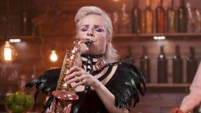 Ξανθός θηλυκός φορέας saxophone κατά τη διάρκεια μιας ζωντανής απόδοσης απόθεμα βίντεο