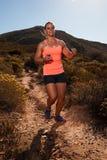 Ξανθός θηλυκός δρομέας ιχνών που τρέχει μέσω ενός τοπίου βουνών Στοκ εικόνες με δικαίωμα ελεύθερης χρήσης