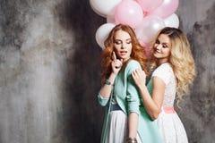 Ξανθός και redhead Δύο νέες γοητευτικές φίλες στο κόμμα Ευτυχές και εύθυμο κορίτσι με τα μπαλόνια στοκ εικόνες