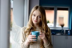 Ξανθός καφές κατανάλωσης γυναικών από ένα φλυτζάνι Στοκ εικόνες με δικαίωμα ελεύθερης χρήσης