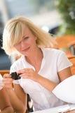 ξανθός καφές που πίνει αρκ&e Στοκ Φωτογραφία