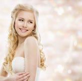 Ξανθός μακρυμάλλης γυναικών, πρότυπο πορτρέτο μόδας, χαμογελώντας κορίτσι Στοκ Εικόνες
