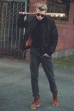 Ξανθός μαλλιαρός χούλιγκαν με το ρόπαλο του μπέιζμπολ Στοκ εικόνα με δικαίωμα ελεύθερης χρήσης