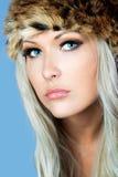 Ξανθός με ένα γούνινο καπέλο Στοκ Φωτογραφίες
