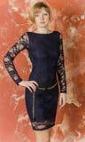 Ξανθός με την κοντή τρίχα στις μπλε φόρμες με τα μανίκια δαντελλών και τα σανδάλια με τα υψηλά τακούνια στοκ εικόνα