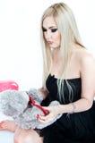 Ξανθός με τη teddy άρκτο Στοκ Εικόνες