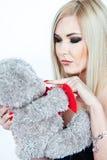 Ξανθός με τη teddy άρκτο Στοκ εικόνα με δικαίωμα ελεύθερης χρήσης