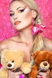 Ξανθός με τη teddy άρκτο Στοκ Φωτογραφία