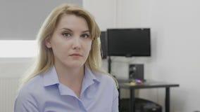 Ξανθός νέος νυσταλέος υπάλληλος στο χασμουρητό γραφείων γραφείων που φαίνεται βαριεστημένο και κουρασμένο - απόθεμα βίντεο