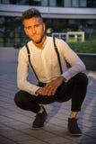 Ξανθός νεαρός άνδρας δίπλα στο σύγχρονο κτήριο στην πόλη Στοκ Εικόνες