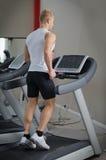 Ξανθός νεαρός άνδρας που τρέχει treadmill Στοκ εικόνες με δικαίωμα ελεύθερης χρήσης