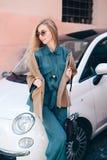 Ξανθός οδηγός τρίχας γυναικών πελατών αυτοκινήτων ενοικίου fyoung Στοκ φωτογραφία με δικαίωμα ελεύθερης χρήσης