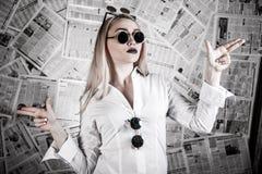 Ξανθός που περιβάλλεται με τις εφημερίδες Στοκ φωτογραφία με δικαίωμα ελεύθερης χρήσης