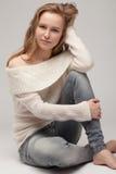 ξανθός σε ένα άσπρο πουλόβερ Στοκ εικόνες με δικαίωμα ελεύθερης χρήσης