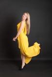Ξανθός σε ένα κίτρινο φόρεμα Στοκ φωτογραφία με δικαίωμα ελεύθερης χρήσης