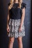 Ξανθός σε μια μαύρες ρομαντικές μπλούζα και μια φούστα Στοκ φωτογραφία με δικαίωμα ελεύθερης χρήσης