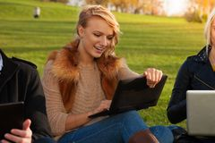 Ξανθός σπουδαστής με το γέλιο lap-top Στοκ Φωτογραφία
