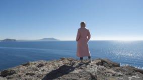 Ξανθός στέκεται ενάντια στη θάλασσα φιλμ μικρού μήκους