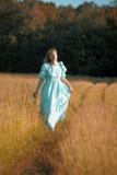 Ξανθός στο εκλεκτής ποιότητας φόρεμα το φθινόπωρο Στοκ Εικόνες