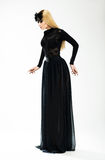 Νοσταλγία. Έκφραση. Όμορφος ξανθός στο μακροχρόνιο αναδρομικό φόρεμα και τη μαύρη μάσκα Στοκ Εικόνες