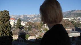Το κορίτσι εξετάζει τα βουνά φιλμ μικρού μήκους