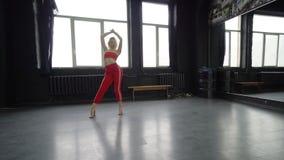 Ξανθός χορευτής στο φόβο τζαζ χορού στούντιο απόθεμα βίντεο