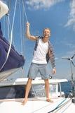 Ξανθός όμορφος νεαρός άνδρας στην πλέοντας βάρκα. Στοκ φωτογραφίες με δικαίωμα ελεύθερης χρήσης