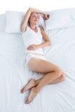 Ξανθός ύπνος γυναικών στο κρεβάτι της Στοκ εικόνες με δικαίωμα ελεύθερης χρήσης