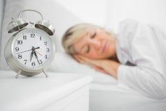 Ξανθός ύπνος γυναικών στο κρεβάτι Στοκ φωτογραφία με δικαίωμα ελεύθερης χρήσης