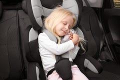 Ξανθός ύπνος κοριτσιών στο κάθισμα ασφάλειας παιδιών Στοκ εικόνα με δικαίωμα ελεύθερης χρήσης